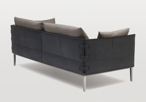 furniture: DS 333 DESIGN: DESEDE DESIGN TEAM. PERFECT COMBINATION OF CLEAN, CLEAR LINES WITH SOFT, FLOWING SHAPES. THE LEATHER CONNECTING STRAPS ARE REMINISCENT OF THOSE ON OLD-FASHIONED SUITCASES AND BAGS. OPULENT SMOOTH CUSHIONS WITH VELVETY-SOFT LEATHER OR FABRIC | DESEDE