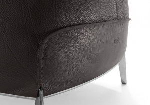 furniture: ARCHIBALD GRAN COMFORT.JEAN-MARIE MASSAUD HAS DESIGNED THE ARCHIBALD GRAN COMFORT IN A COMPLETELY NEW INTERPRETATION OF THE ARCHIBALD PROJECT.THE LUXURIOUS AND SOFT LEATHER BAG WITH ABUNDANT GOOSE-DOWN PADDING SITS IN CONTRAST WITH THE ARCHITECTURAL STYLE | POLTRONA FRAU